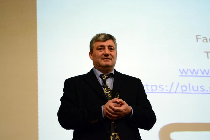 Oggin presenting about SEO